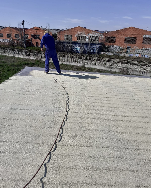 trabajador en tejado Aislamientos Ayara