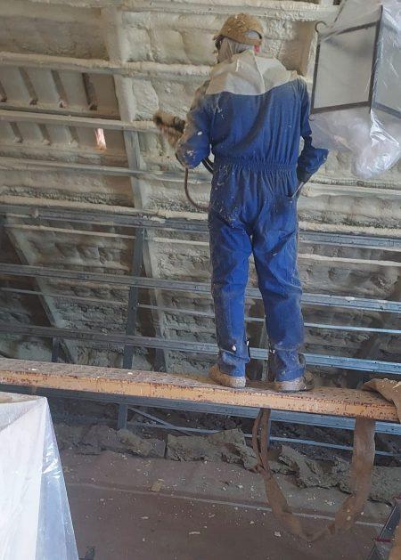 trabajador en andamio Aislamientos Ayara