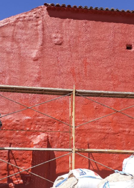 fachada roja Aislamientos Ayara