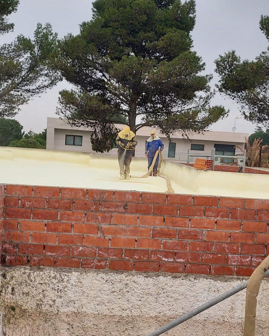 trabajadores en tejado Aislamientos Ayara